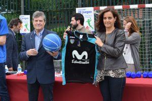 Fernando Galindo, presidente del Club Estudiantes, con la camiseta y el balón de club