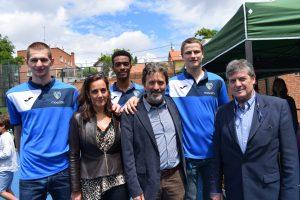 Mauricio Valiente acompañado por el presidente y los jugadores del Club Estudiantes