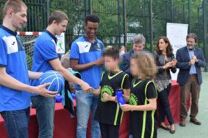 Jugadores del Estudiantes firmando autógrafos