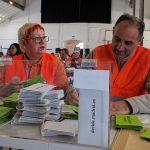 Ana y Juan Carlos, de Voluntarios por Madrid, escrutando papeletas.