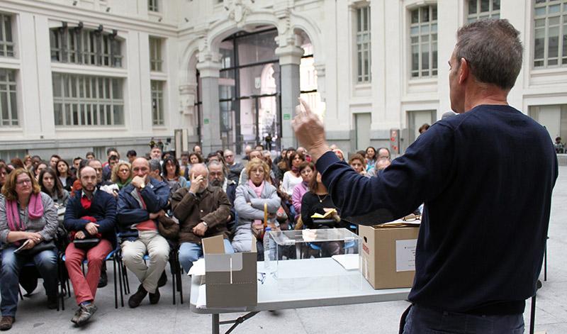 El subdirector de Participación Ciudadana del Ayuntamiento de Madrid, Gregorio Planchuelo, en la jornada de formación de 800 colaboradores en las urnas de la votación ciudadana. Foto: Decide Madrid/CC-BY-SA 4.0