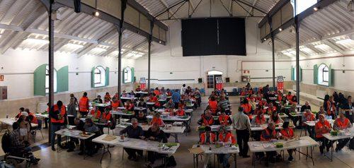 Voluntarios por Madrid y colaboradores escrutando papeletas en la primera votación ciudadana de Madrid.