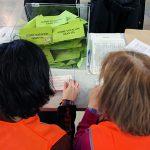 Dos voluntarias durante el proceso de escrutinio.