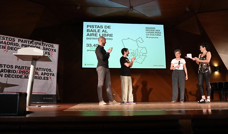 Lourdes Ibiricu explicando el proyecto pistas de baile al aire libre