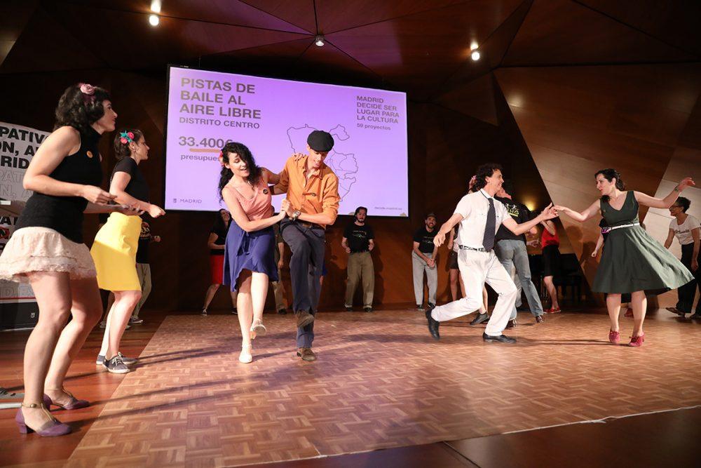 Actuación de la asociación de Mad for Swing durante el acto de proyectos ganadores de presupuestos participativos de Madrid 2017