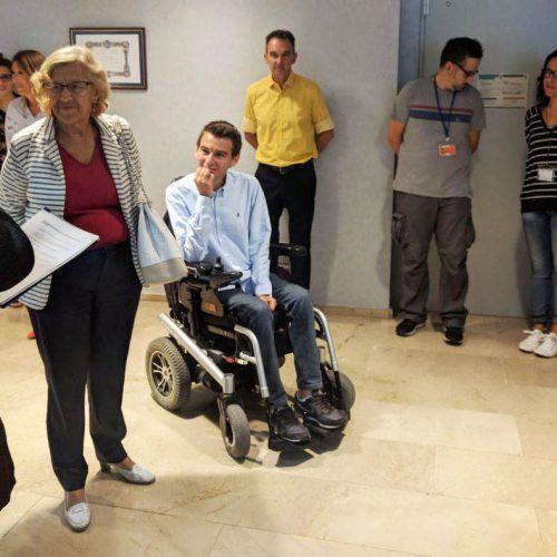 Parte del departamento de voluntariado con la alcaldesa, Manuela Carmena.
