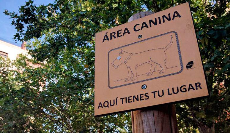 Cartel de un área canina de Arganzuela