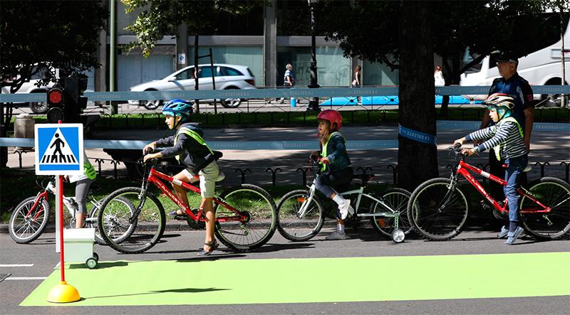 Niños en bicicleta en La Celeste 2017