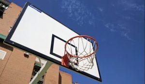 Detalle de una de las canastas colocadas en la cancha de baloncesto de Saconia.