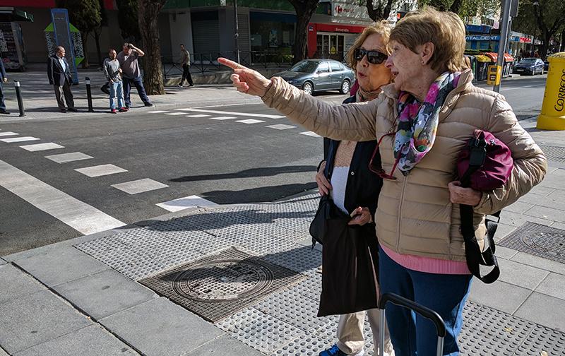 Mari Cruz explicando a Ángeles los proyectos propuestos para remodelar la plaza de La Remonta.