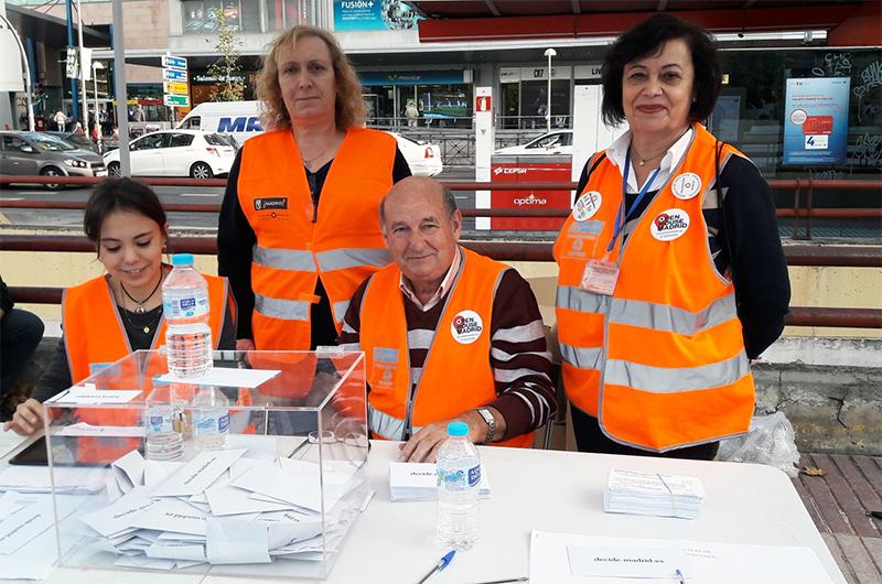 Miembros de Voluntarios por Madrid en la urna de Plaza de los Misterios, en Ciudad Lineal
