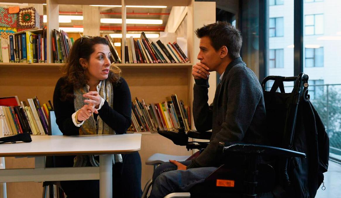 Beth Noveck charlando con el concejal de Participación Ciudadana, Transparencia y Gobierno Abierto del Ayuntamiento de Madrid, Pablo Soto, en Medialab-Prado durante ConsulCon17