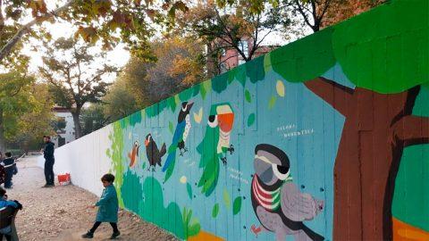 Pintando el mural en el parque del Casino de la Reina