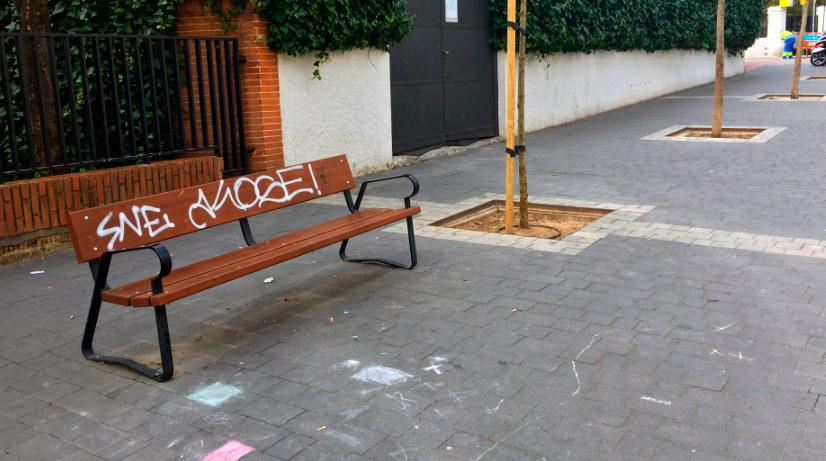 Bancos en la zona peatonal de la calle Luis Larrainza.