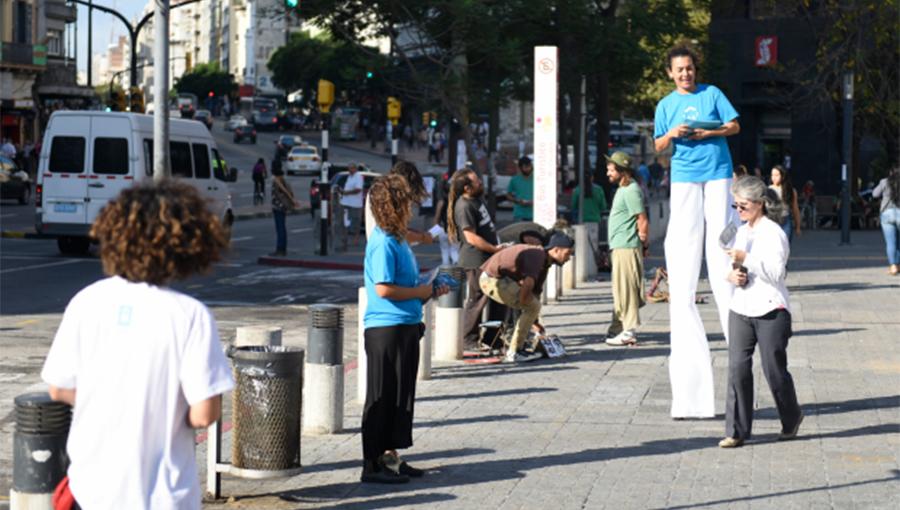 Campaña de difusión por la calle de Montevideo Decide.