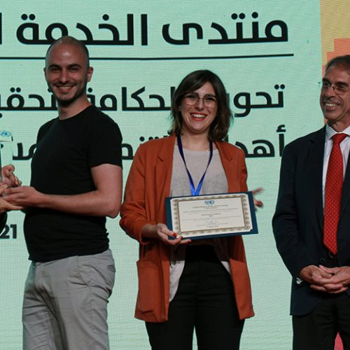 Miguel Arana y Vicky Anderica recogiendo el premio de Servicio Público de la ONU 2018.