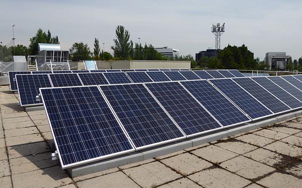 Placas solares del Centro Deportivo Municipal Luis Aragonés, en Hortaleza.