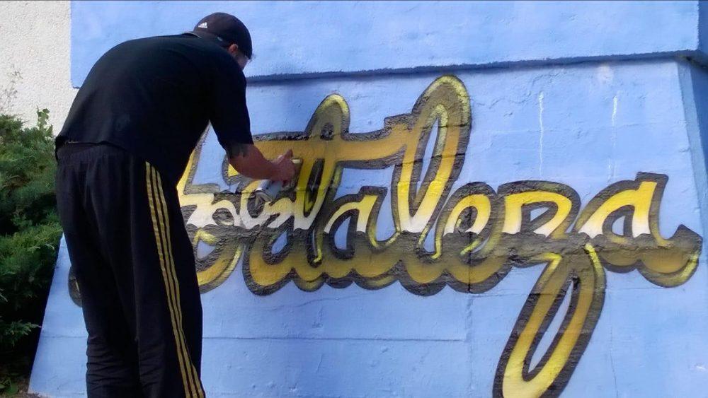 Grafitero dibujando Hortaleza en el auditorio Pilar García Peña durante las fiestas de la primavera 2018