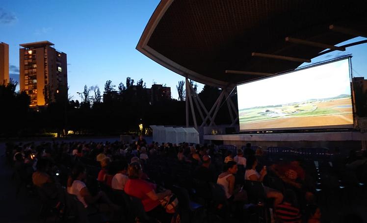 Viendo cine de verano en Parque Aluche