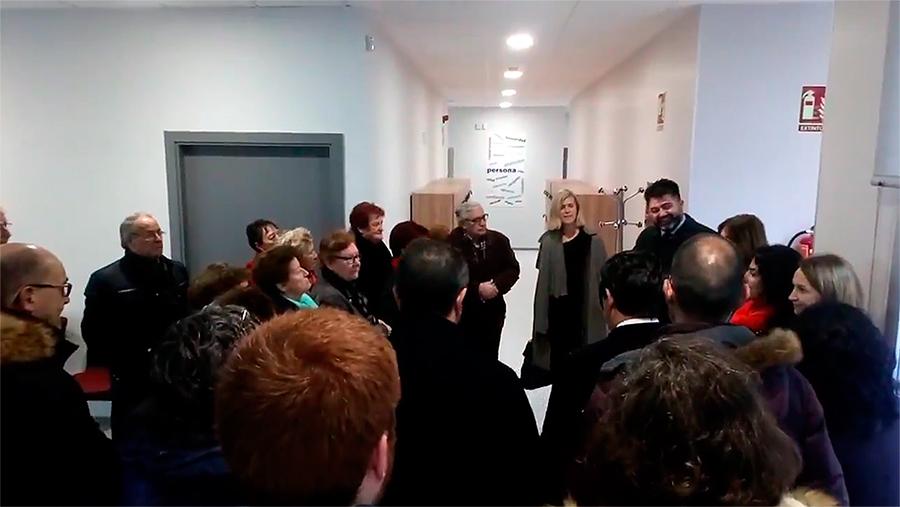 El concejal del distrito de Latina, Carlos Sánchez Mato, visitó las instalaciones acompañado por representantes de los grupos políticos municipales, asociaciones vecinales y centros de mayores el día antes de la apertura.