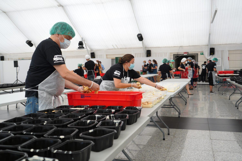 Envasado de menús en la carpa de las cocinas solidarias de Cuatro Vientos