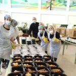 Envasado de menús en las cocinas solidarias de Latina