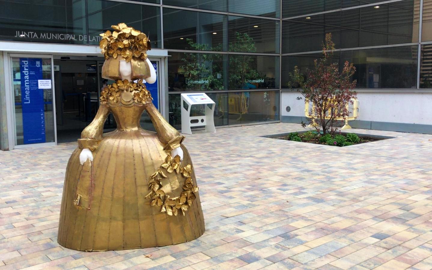 Menina Lady in gold en la entrada de la Junta de Latina