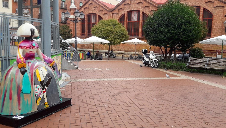 Menina Marga en la plaza del Mercado Tirso de Molina del distrito de Latina