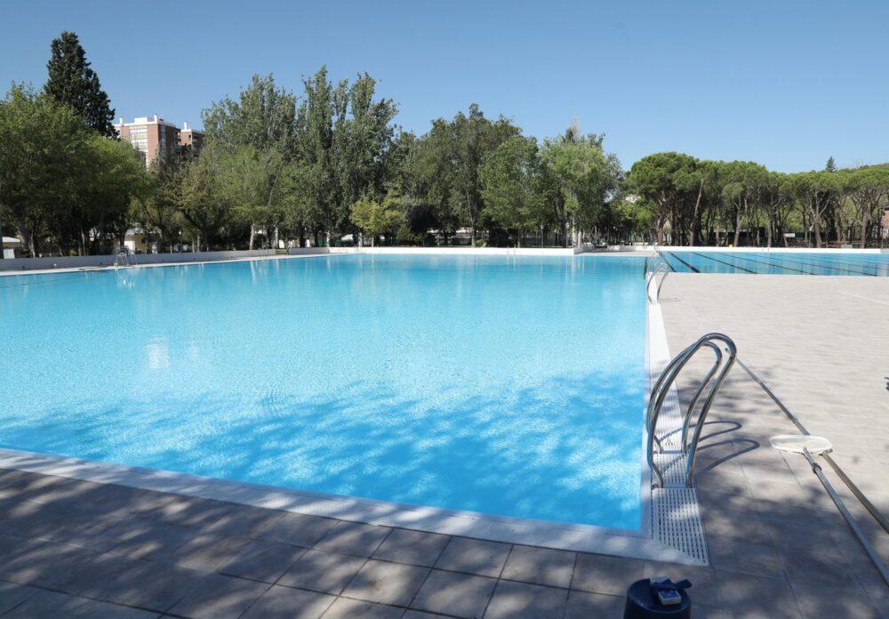 Piscina de verano del Centro Deportivo Municipal Aluche. Distrito Latina.