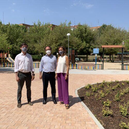 Borja Carabante y Almudena Maíllo han visitado la reforma del parque Dionisio Ridruejo del distrito de Moratalaz