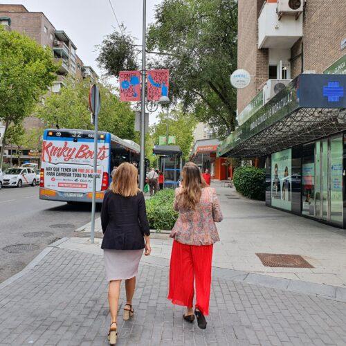 La concejala de Moratalaz visitando los comercios del distrito con motivo de la campaña