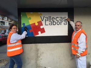 Alumnos construyendo el logo de Vallecas Labora
