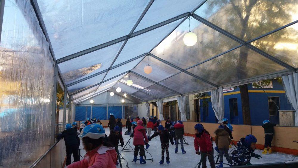 La pista de hielo de Puente de Vallecas muestra una nueva actividad deportiva a los más pequeños