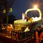 Las carrozas temáticas discurrieron por las calles de Puente de Vallecas