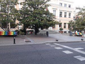 Dos bancos arcoíris preceden en la entrada de la Junta Municipal