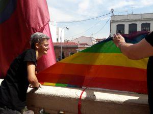 El Orgullo Vallekano despliega su bandera en la balconada de la Junta Municipal de Puente de Vallecas