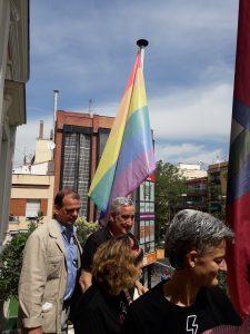 Francisco Pérez, concejal de los Distritos Puente de Vallecas y Villa de Vallecas preside el izado de la bandera multicolor