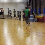 Los equipos infantiles desfilan hacia el podio para recibir sus trofeos