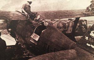 Aviador republicano cargando combustible a una nave