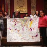 Los pequeños muestran un mural que representa su apego por Vallecas