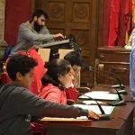 Los pequeños atienden con la solemnidad que requiere un acto celebrado en el Salón de Plenos de la Junta Municipal