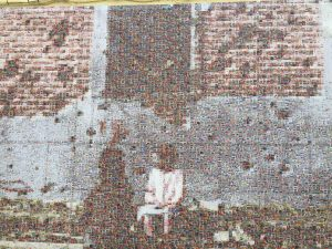 Fotografía de Peironcely 10, reproducida en un mural como homenaje a Robert Capa