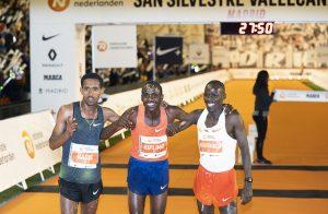 Los tres corredores que formaron el podio de la 54 San Silvestre Internacional