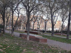 En el entorno natural de la plaza se han adaptado los bancos a las necesidades de los mayores