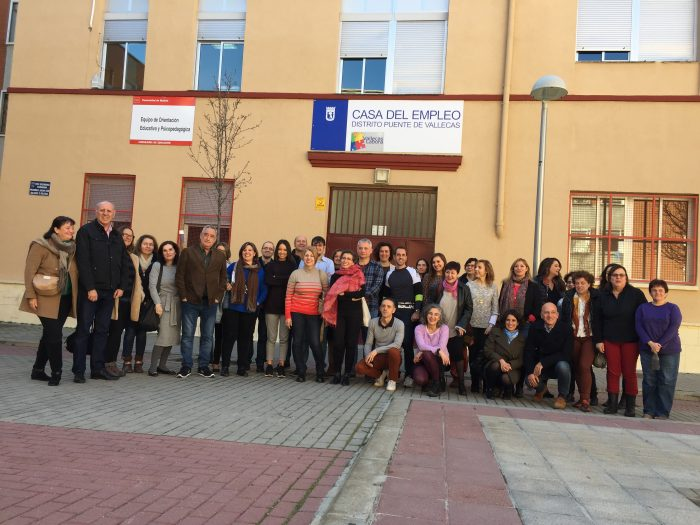 Al final de la sesión, todos los participantes posaron para una foto de familia