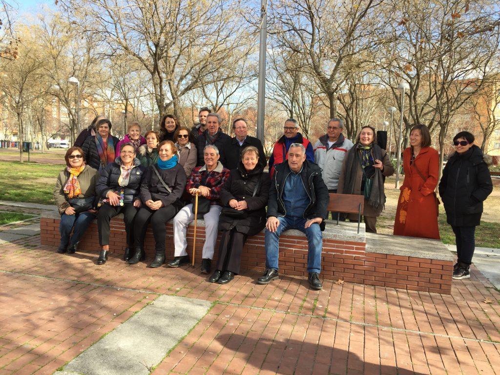 El grupo participante en la visita a la plaza de la Constitución se hizo una foto en uno de los bancos