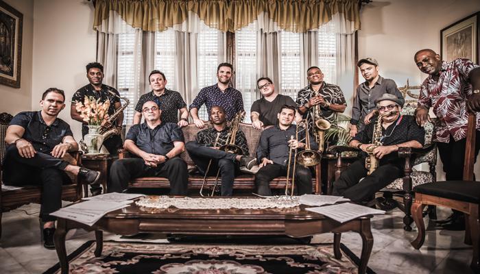 """""""De la Habana a Madrid"""" en Puente de Vallecas, con la orquesta Akokán"""