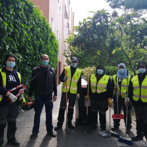 Labores de jardinería y acondicionamiento de la UDC en la Colonia de los taxistas