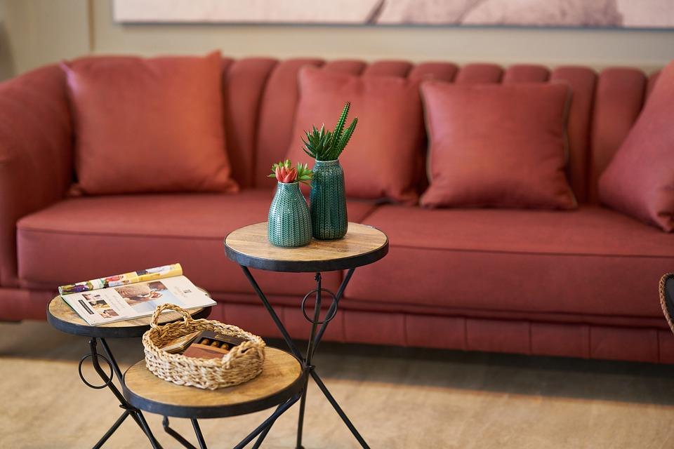 Vista de un comedor con sofá rojo