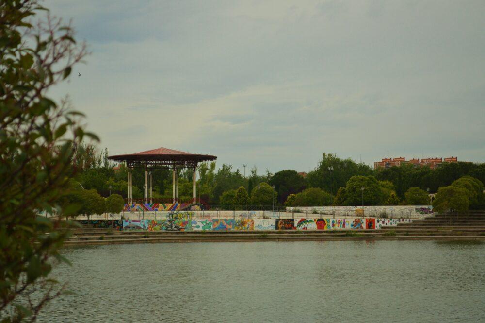 Vista del templete desde el estanque del Parque de Pradolongo
